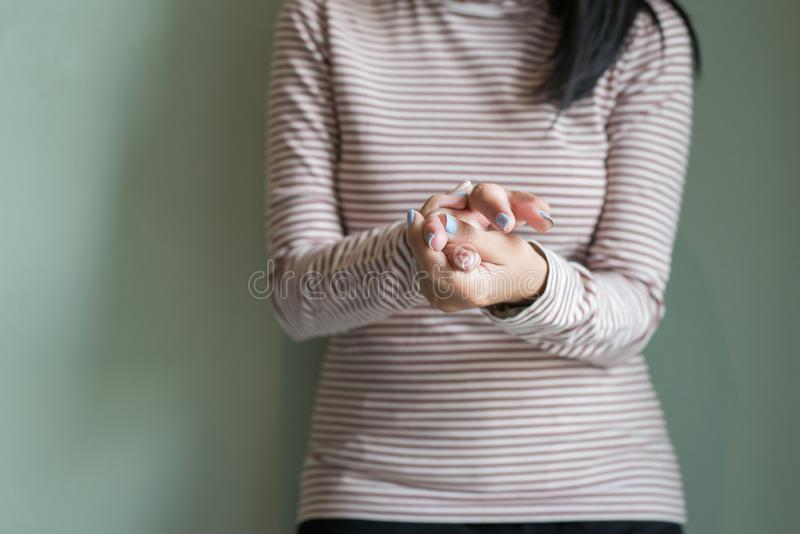 Mujeres con beriberi a mano o el finger, enfermedad que causa la inflamación de los nervios, cierre para arriba imagen de archivo