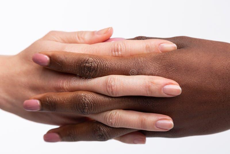 Mujeres con el arte natural del clavo que parte sus fingeres de diversa piel fotografía de archivo