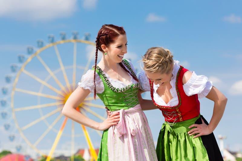 Mujeres con el dirndl bávaro en fesival imagen de archivo