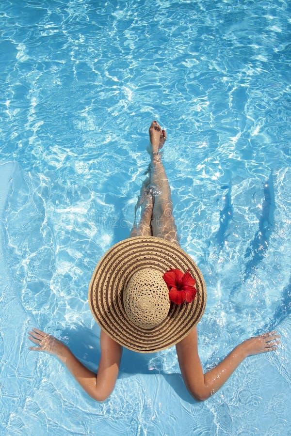 Mujeres con el sombrero en piscina foto de archivo libre de regalías
