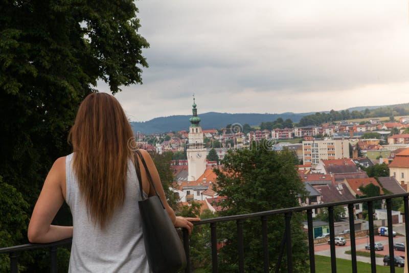 Mujeres con la torre de la ciudad imágenes de archivo libres de regalías