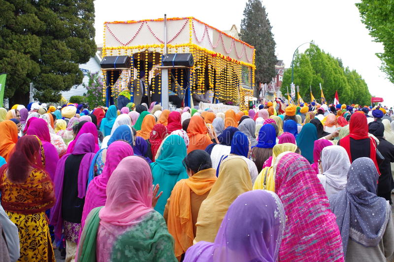 Mujeres con las bufandas principales que caminan detrás del templo foto de archivo libre de regalías