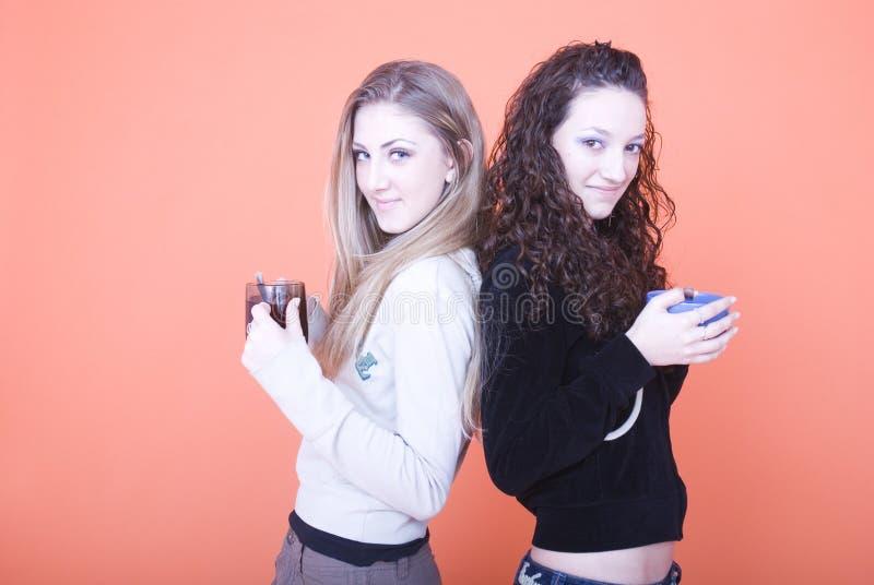Mujeres con las tazas fotografía de archivo