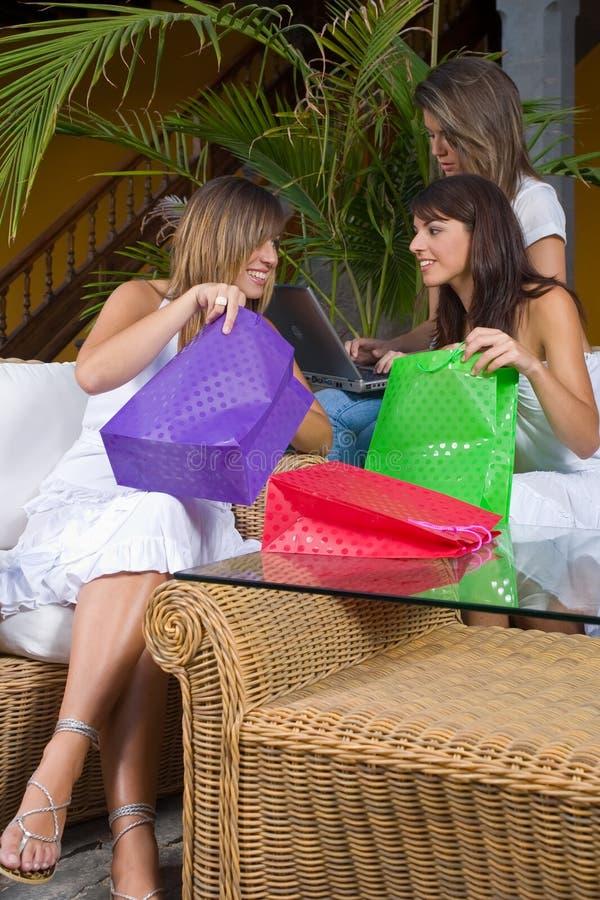 Mujeres con los bolsos de compras fotos de archivo libres de regalías