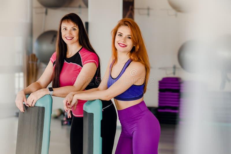 Mujeres con los steppers en gimnasio imagen de archivo libre de regalías
