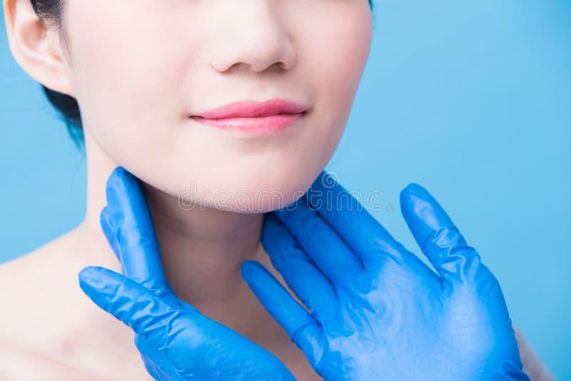 Mujeres con problema de la glándula tiroides imagen de archivo