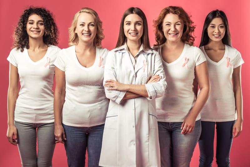 Mujeres contra cáncer de pecho imagen de archivo