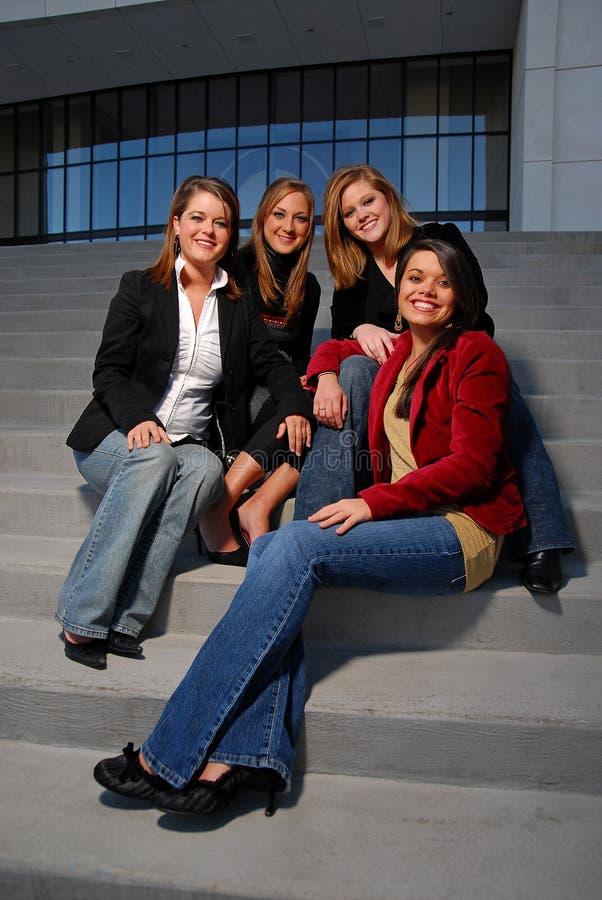 Mujeres corporativas en pasos de progresión fotos de archivo