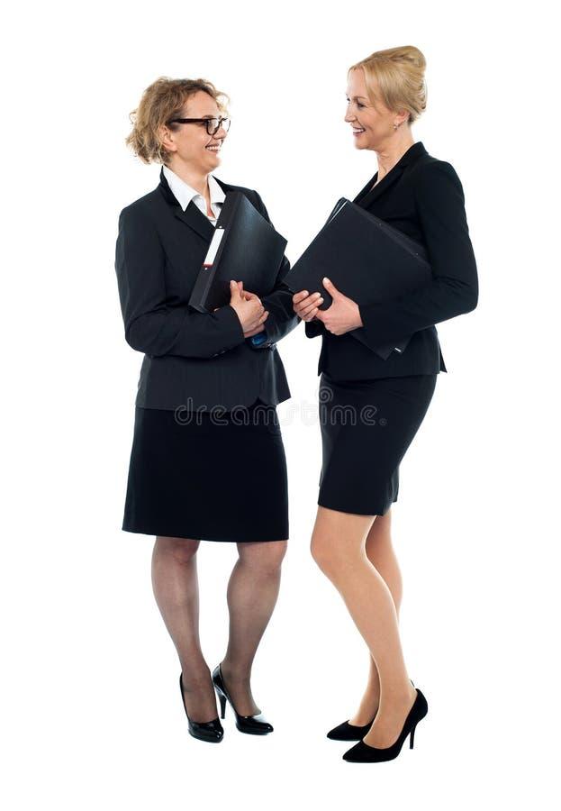 Mujeres corporativas que obran recíprocamente con uno a imagen de archivo libre de regalías