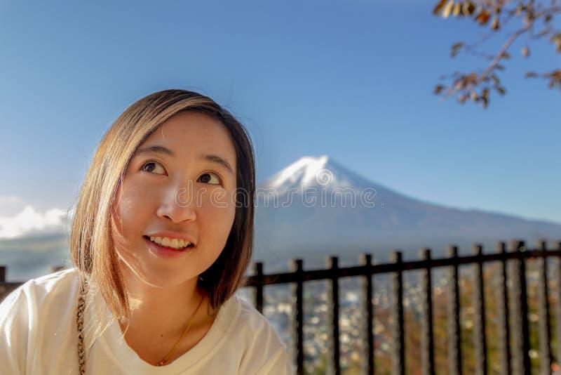 Mujeres de Asia en el punto de vista de la pagoda de Chureito con el Mt Fuji, Arakura S fotografía de archivo