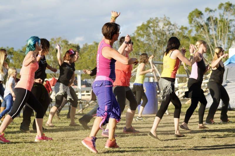 Mujeres de enseñanza del instructor de la aptitud del baile de Zumba los movimientos fotos de archivo