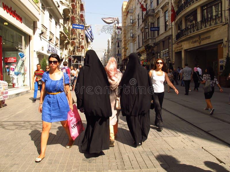 Mujeres de Estambul Istikal Caddesi en burkas imagen de archivo libre de regalías