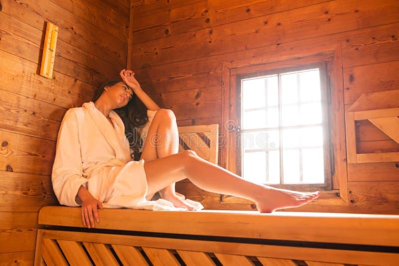 Mujeres de la belleza que se relajan en sauna fotos de archivo libres de regalías
