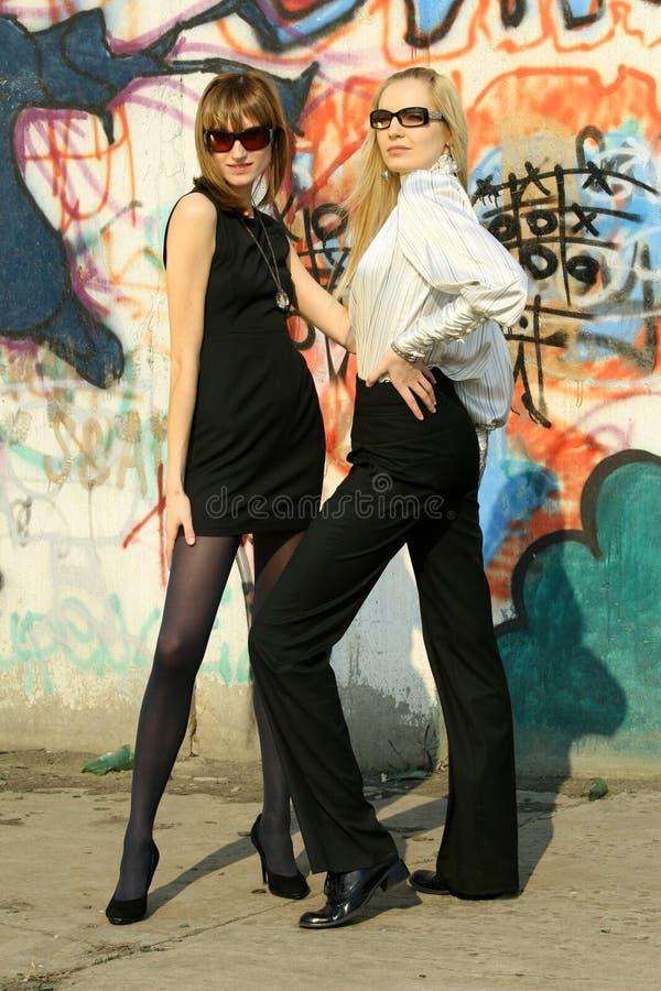 Mujeres de la manera en la pared de la pintada foto de archivo