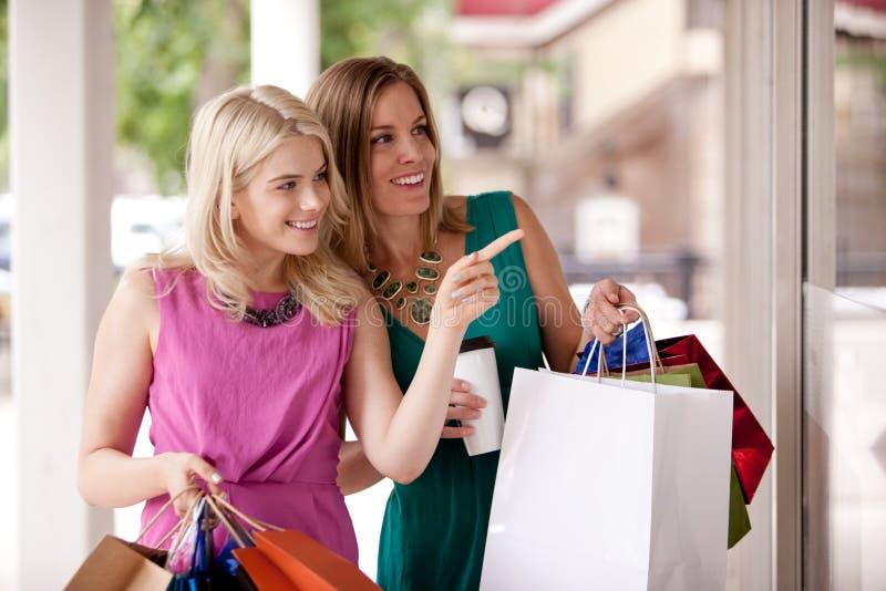 Mujeres de las compras de la ventana foto de archivo