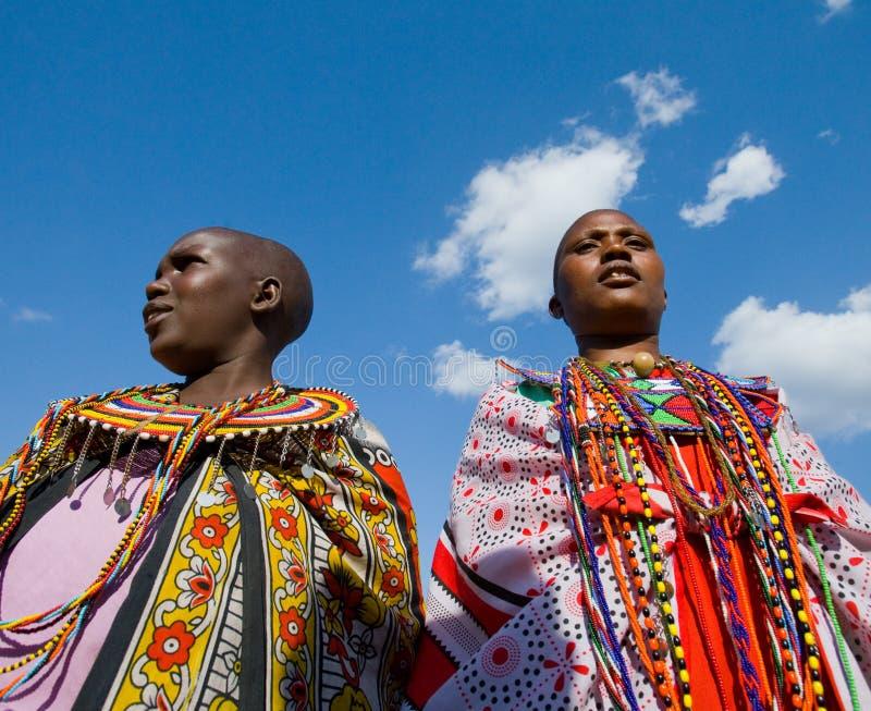 Mujeres de Maasai juntas que cantan canciones rituales en vestido tradicional imagen de archivo