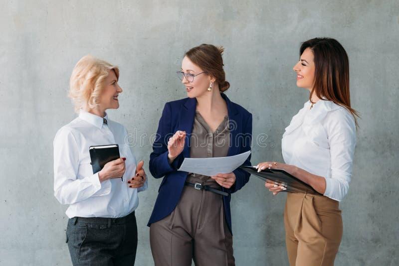 Mujeres de negocios acertadas de la conversación del negocio imagen de archivo