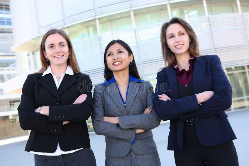 Mujeres de negocios bonitas en la oficina imagenes de archivo