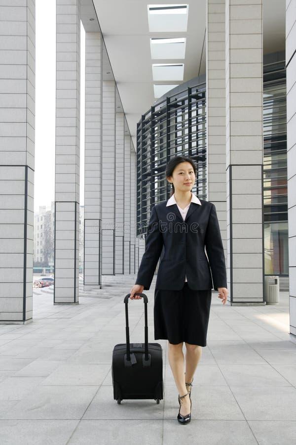 Mujeres de negocios chinas con la maleta imagen de archivo