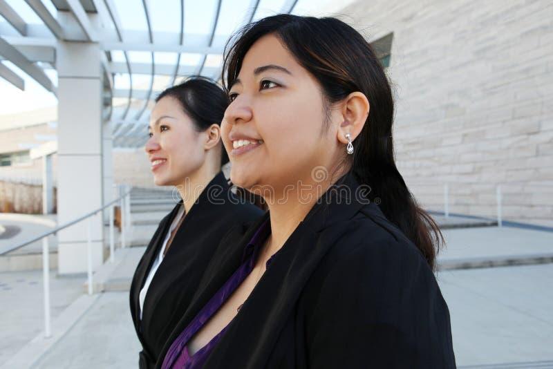 Mujeres de negocios chinas en la oficina fotos de archivo