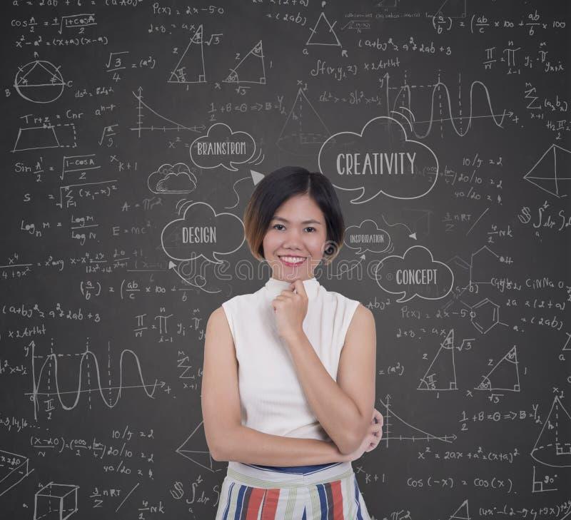 Mujeres de negocios con inspirarse fórmula creativa de la matemáticas de la idea fotos de archivo