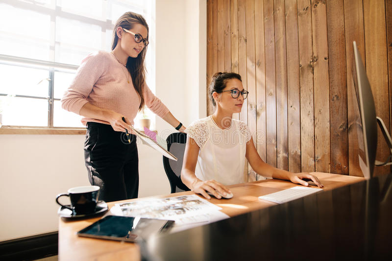 Mujeres de negocios creativas en el escritorio de oficina imagen de archivo