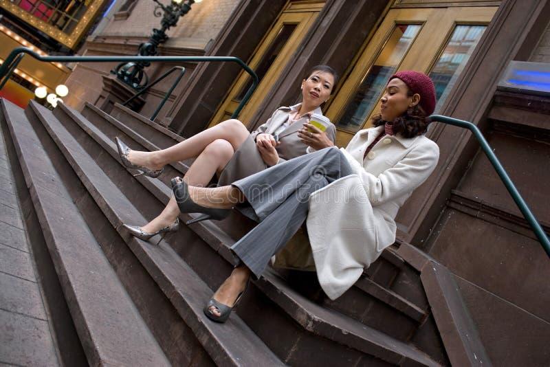 Mujeres de negocios en la ciudad fotografía de archivo libre de regalías