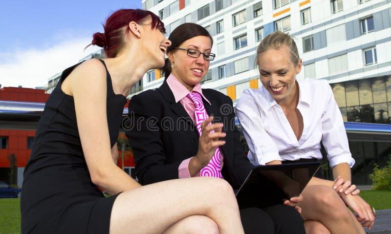 Mujeres de negocios jovenes fotografía de archivo