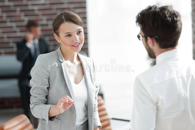 Mujeres de negocios de la reunión de negocios con un socio comercial imagenes de archivo