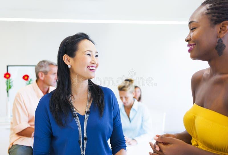 Mujeres de negocios multiétnicas que hablan el uno al otro fotos de archivo libres de regalías
