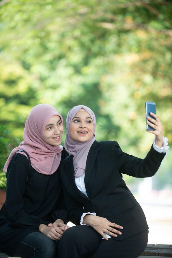 Mujeres de negocios musulmanes que toman un Selfie foto de archivo