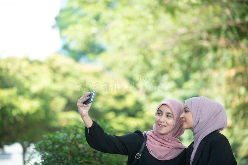 Mujeres de negocios musulmanes que toman un Selfie foto de archivo libre de regalías