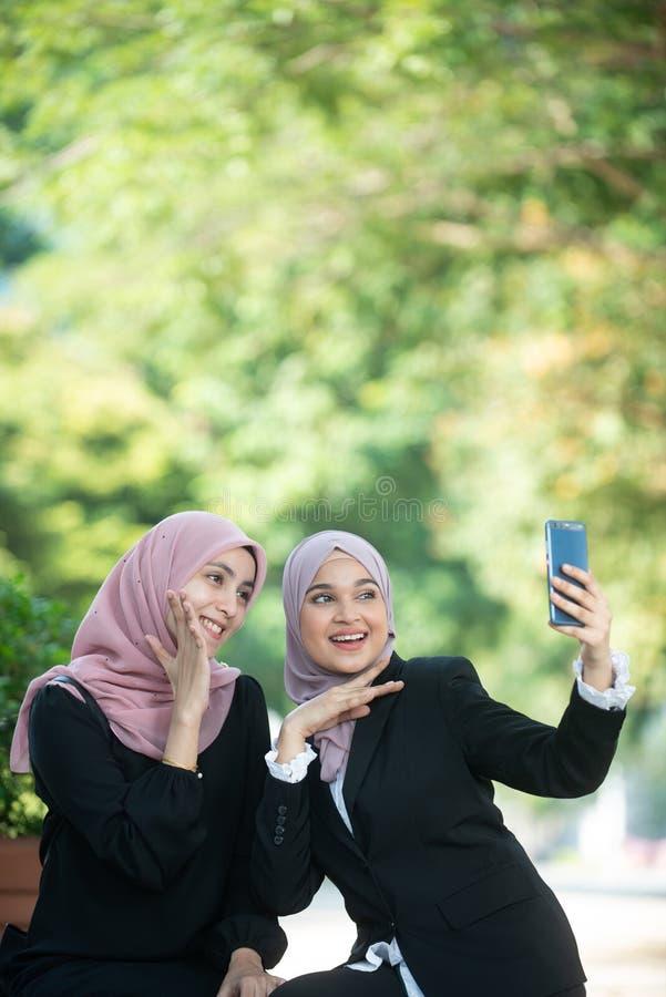 Mujeres de negocios musulmanes que toman un Selfie fotografía de archivo libre de regalías