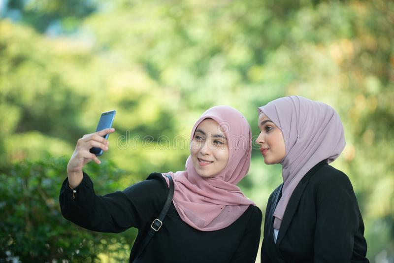 Mujeres de negocios musulmanes que toman un Selfie fotos de archivo libres de regalías