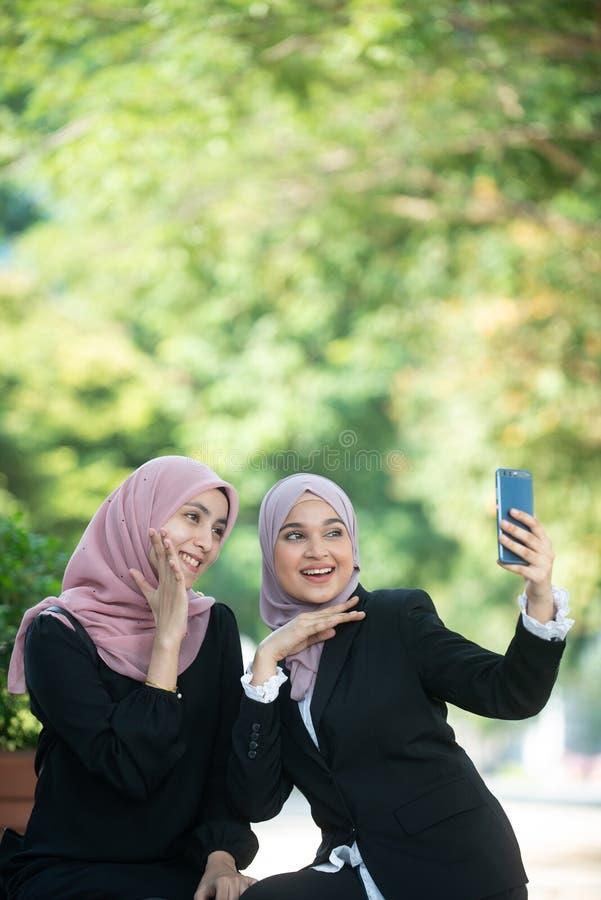 Mujeres de negocios musulmanes que toman un Selfie fotos de archivo