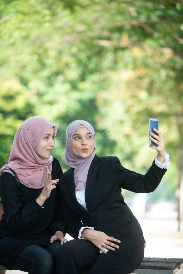 Mujeres de negocios musulmanes que toman un Selfie imagen de archivo libre de regalías