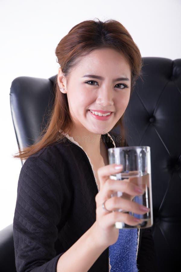 Mujeres de negocios que beben en una silla imagen de archivo