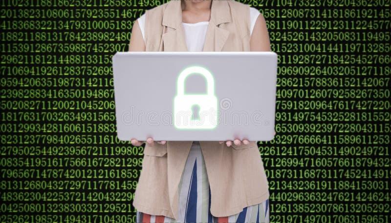 Mujeres de negocios que sostienen el ordenador portátil con el cortafuego cibernético de la seguridad foto de archivo libre de regalías