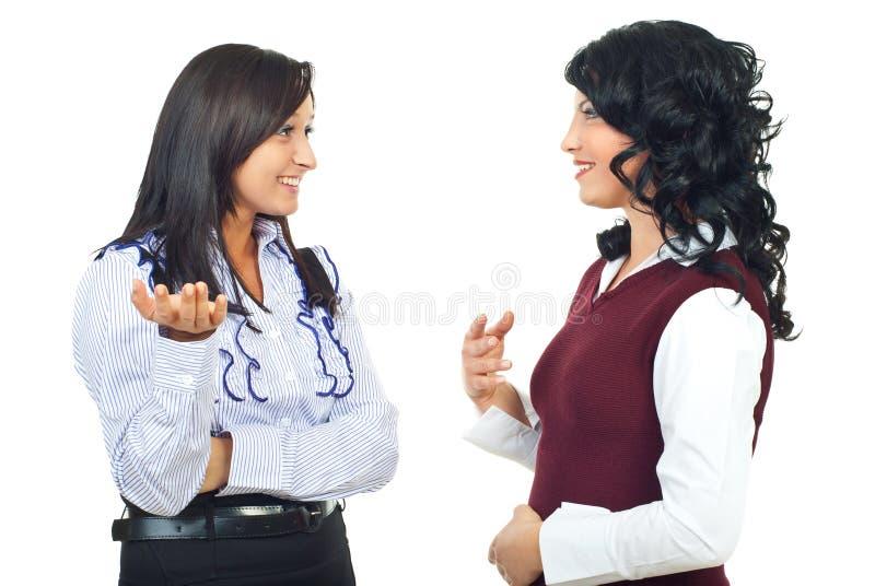 Mujeres de negocios que tienen una discusión feliz fotos de archivo libres de regalías