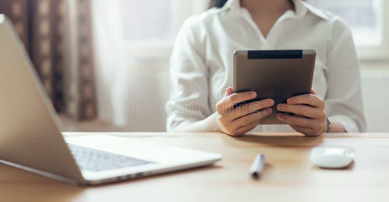 Mujeres de negocios que trabajan en ideas del diseño de la tableta Concepto de asunto moderno fotografía de archivo libre de regalías
