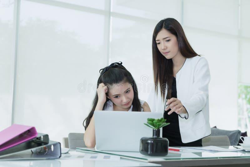 Mujeres de negocios que trabajan en la oficina que discute con subrayado y confundido imagen de archivo libre de regalías