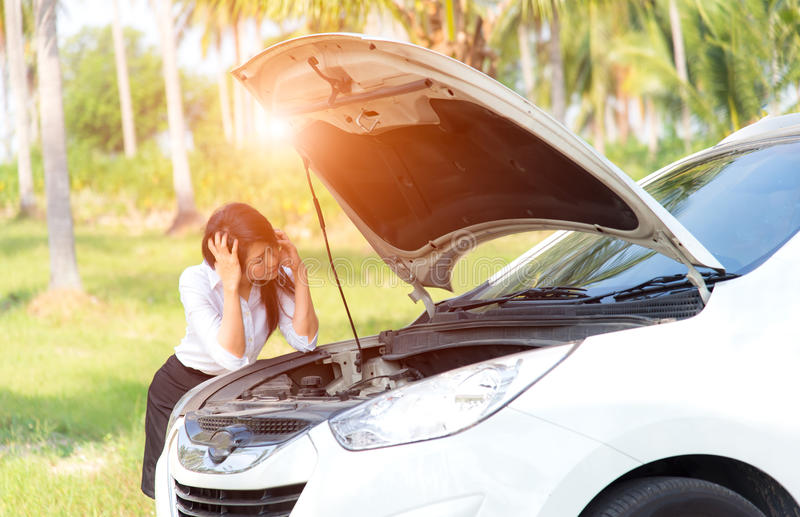 Mujeres de negocios tristes con un coche quebrado imagen de archivo libre de regalías