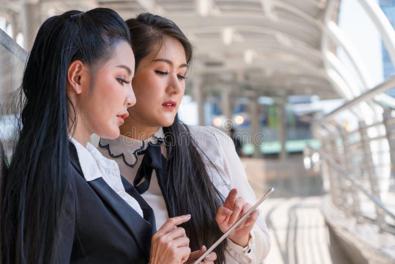 Mujeres de negocios usando la tableta junto fotos de archivo libres de regalías