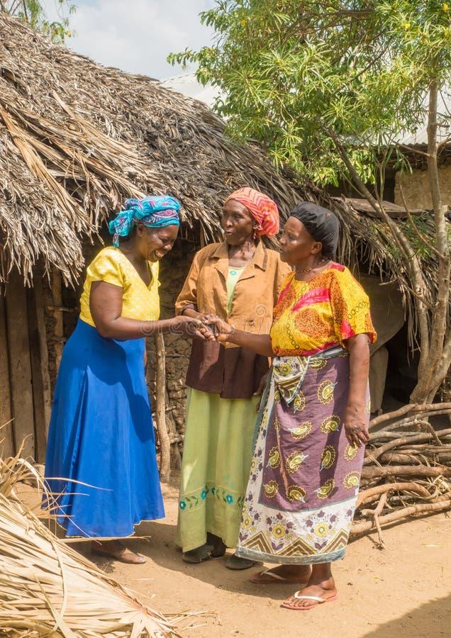 Mujeres de Pokomo que saludan en los hogares africanos tradicionales fotografía de archivo libre de regalías