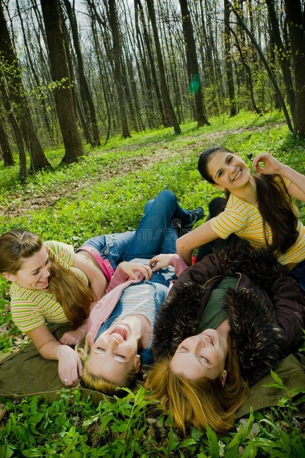 mujeres de risa en bosque imagen de archivo