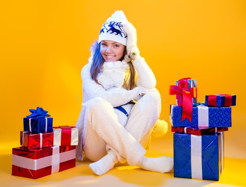 Mujeres de Santa con los bolsos Año Nuevo y día de fiesta hermosos del regalo de la Navidad imágenes de archivo libres de regalías