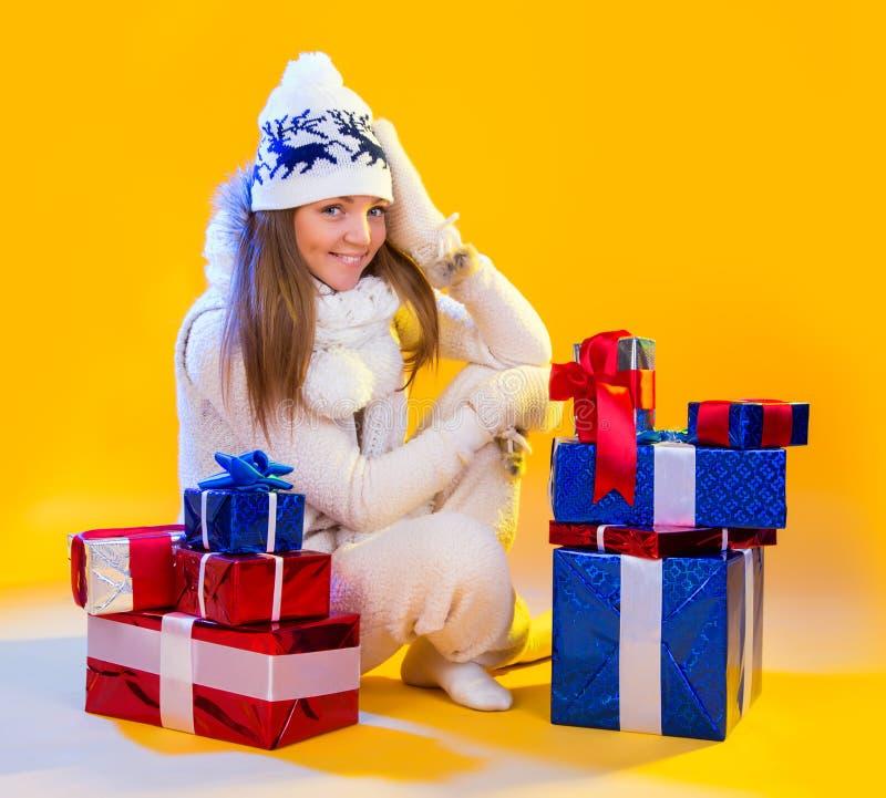 Mujeres de Santa con los bolsos Año Nuevo y día de fiesta hermosos del regalo de la Navidad fotos de archivo libres de regalías