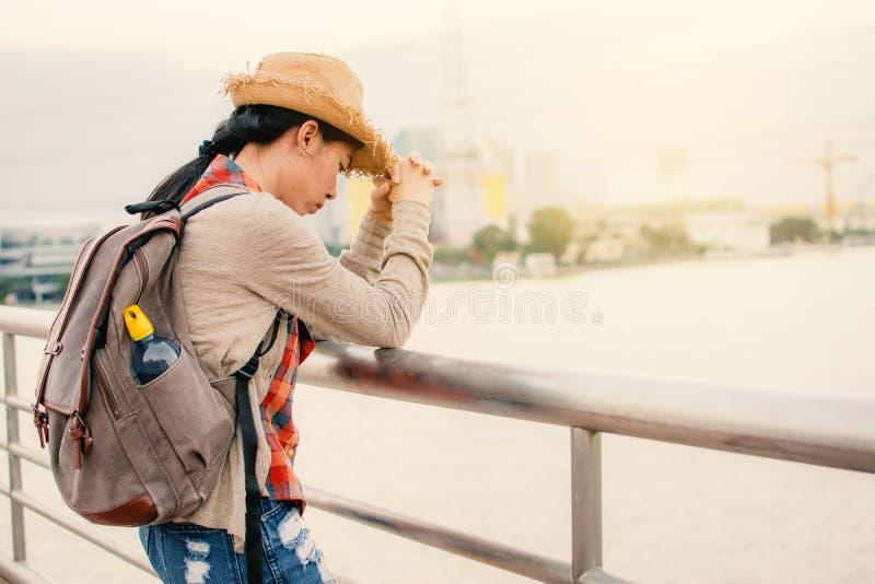 Mujeres de Sian infelices y cansadas durante backpacker en forma de vida del inconformista de las vacaciones fotografía de archivo libre de regalías