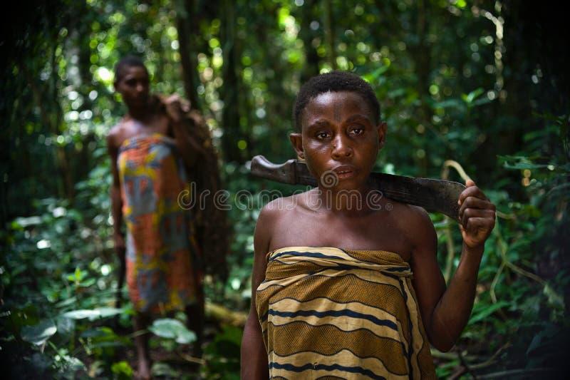 Mujeres de una tribu de pigmeos. fotos de archivo