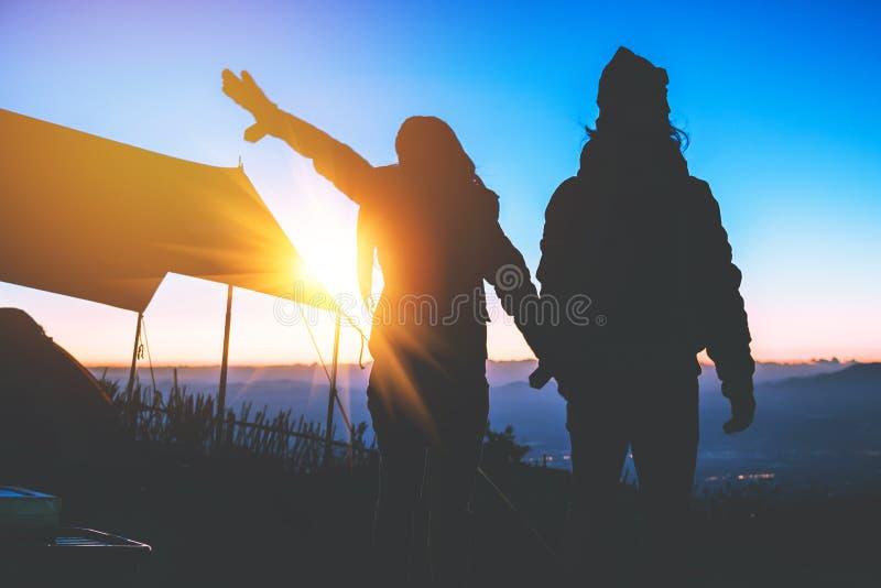 Mujeres del amante y naturaleza asi?tica del viaje de los hombres El viaje se relaja E El acampar en la monta?a mire la subida de imagen de archivo
